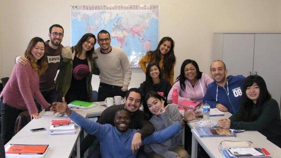 Estudiantes internacionales en una clase de inglés.